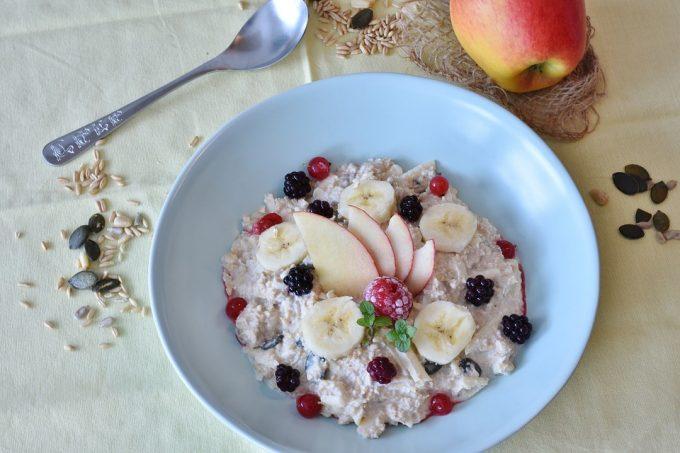 La imagen tiene un atributo ALT vacío; su nombre de archivo es dieta-avena-cocinada-con-manzana-frutos-rojos-680x453.jpg