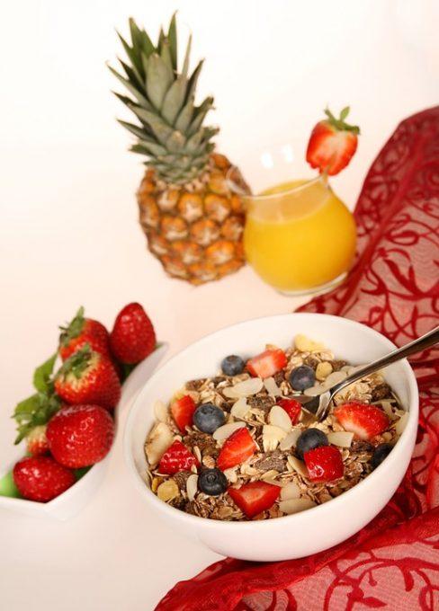 La imagen tiene un atributo ALT vacío; su nombre de archivo es dieta-avena-con-frutos-rojos-secosjpg-488x680.jpg